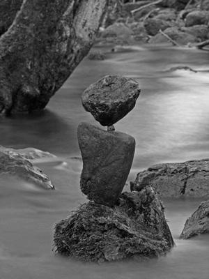 Steinbalance-Bild, Steinturm (Stonebalance, Rock balancing) Faszination, balancierte Steine im Fluß, Steine im Gleichgewicht von Andreas David, andavid.de, Naturkunst, Steinkunst, Landart